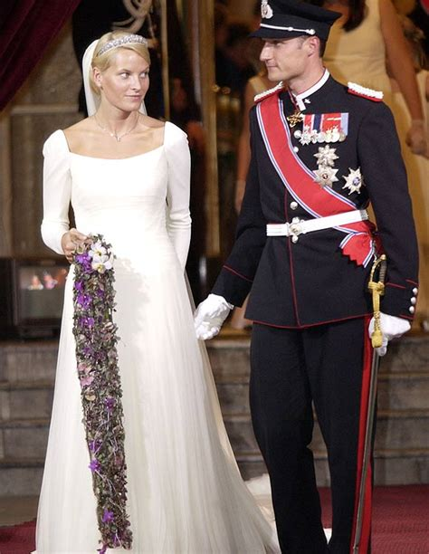 Regal blooms: Timeless royal wedding bouquets - Photo 7